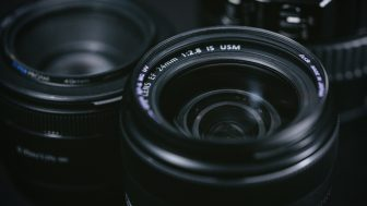 ポートレート撮影に50mmくらいの単焦点レンズがおススメされる隠れた理由